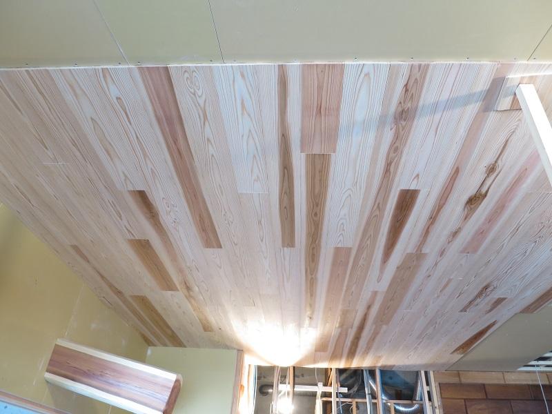天井に木の羽目板を張っています